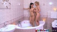 Dziewczynki się myją