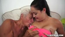Dziadek liże jej piersi