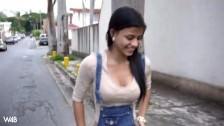 Młoda śliczna Denisse Gomez pokazuje co ma pod spodniami