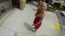 Blondyna w sukience