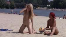 Panny na publicznej plaży