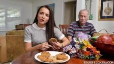 Dziadek napala się na fajną brunetkę