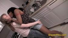 Lesbijki cudownie całuja się w kuchni