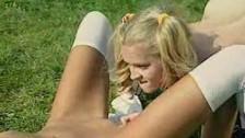 Liże cipsko nastoaltki na trawie