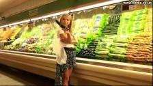 Laska zabawia się ogórkiem w markecie