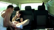 Czeszka rozkłąda swe nóżki w samochodzie