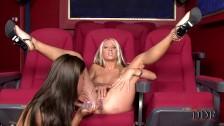 Trzy kuszące dziewczyny liża się w kinie