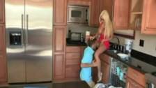 Młody facet ma ochotę na doświadczoną mamuśkę