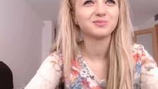 Seksowna blondynaka pieści się przed kamerką