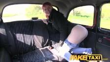 Niezła laska wypina pośladki w taksówce