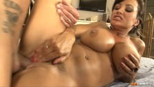 Masaż seksownej brunetki