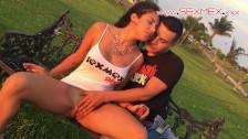 Silvia Santez pieści się z nim na trawie