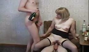 Seks w trójkącie z pijaną blondi