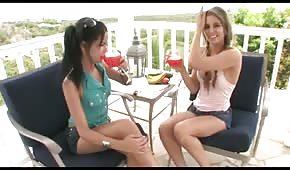 Dziewczyny zabawiają się warzywkiem
