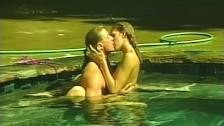 Zdradza męża przy basenie