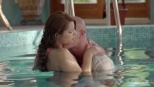 Zdejmuje jej majteczki i dyma ją w basenie