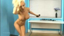 Blondyneczka pokazuje swoje szczupłe ciałko