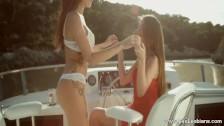 Lesbijki pieszczą swoje ciałka na łodzi