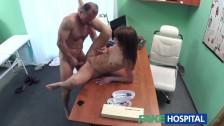 Seks z brunetką w szpitalu