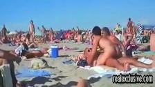 Seks z brunetką na plaży nudystów