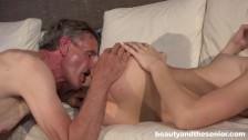 Szczupła brunetka zabawia się ze starszym facetem
