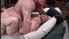 Wyruchał ją na łóżku w gumce