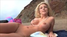 Blondi na plaży nudystów