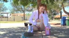 Ruda masuje swoją cipkę na dworze