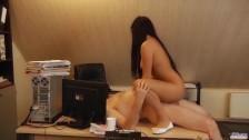 Seksowna seksretarka oddaje sie staremu szefowi