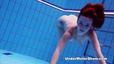 Szczupła ruda laseczka w basenie