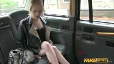 Blondi pokazuje swą cipkę w taksówce