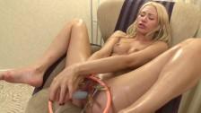 Blondi rozciąga swoją cipeczkę