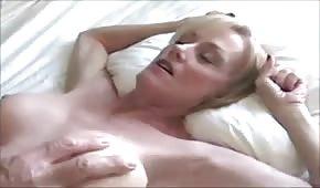 Kładzie łapy na jej spore piersi