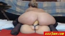 Blondyneczka dosiada analnie dildo