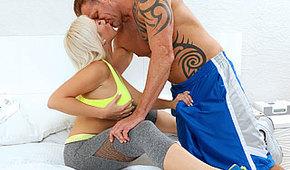 Gorąca blondi kocha seks trening