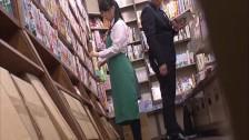 Daje jej z palca w bibliotece