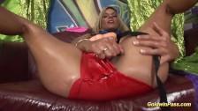 Śliska bogini rozkłada nóżki i się dobrze palcuje