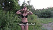 Posuwa seksowną Czeszkę na trawie