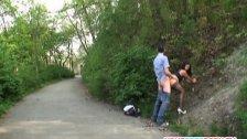 Posuwa laseczkę w parku