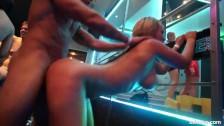 Publiczne dupczenie cycatej blondi