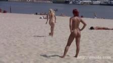 Młode dupeczki na piaszczystej plaży