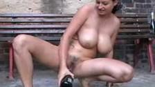 Cycata brunetka masturbuje się szampanem