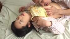 Facet całuje Azjatkę po brzuszku