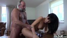 Młoda suczka ma ochotę na pałkę dziadka