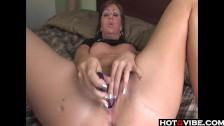 Napalona brunetka penetruje swoją szpareczkę