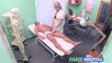 Zabawia się z seksowną pielęgniarką w pracy