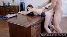 Seksik na biurku z erotyczną laseczką