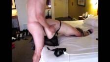 Posuwa laskę od tyłu w hotelu