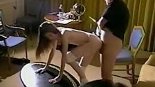 Szczupła brunetka obrabia mu kuśkę