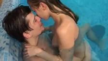 Seks doznania młodej pary w basenie